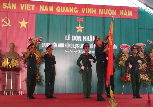Thiếu tướng Nguyễn Đình Tâm, Phó Tư lệnh Quân đoàn 4 gắn Huân chương Anh hùng Lực lượng vũ trang nhân dân.